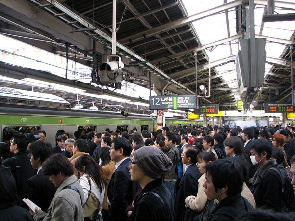 800px-Rush_hour_at_Shinjuku_02